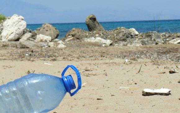 Greenpeace: invasione di plastica sulle spiagge italiane